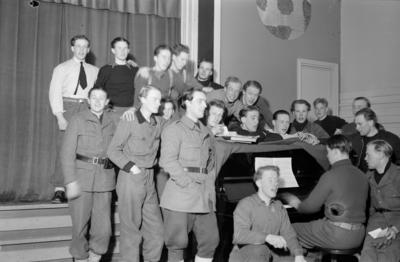 Pianospel och körsång av militärer tillhörande vid F 19, Svenska frivilligkåren i Finland.