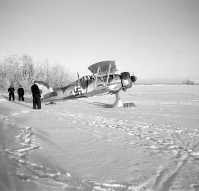 Flygplan Gloster Gladiator klar för start från F 19, Svenska frivilligkåren i Finland. Vy från sidan. Med flygförare Åke Söderberg i förarplats.