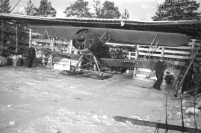 Varmkörning av motor på flygplan Hawker Hart vid F 19, Svenska frivilligkåren i Finland, i ett värn.