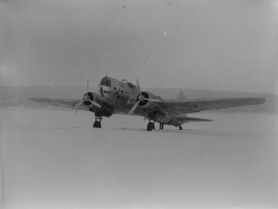 Sovjetiskt flygplan Iljushin DB-3 står på ett fält under finska vinterkriget, 1940. Bild från F 19, Svenska frivilligkåren i Finland.