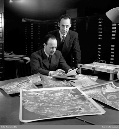 Två män på Sundsvallsbolagen (senare SCA) sätter ihop kartor.