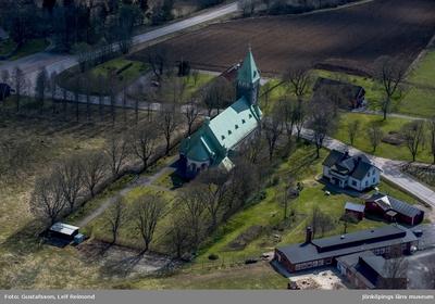 Flygfoto över Bäckaby kyrka i Vetlanda kommun.