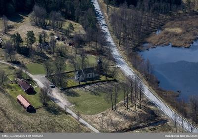 Flygfoto över Hjärtlanda kyrka i Sävsjö kommun.