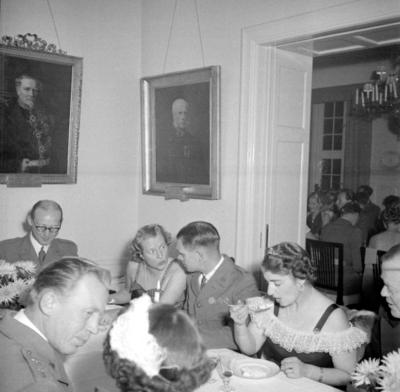 Årets höjdpunkt på mässen var den traditionstyngda Höstmiddagen med fruar.  Personer; Carl Gustaf Sandberg, Asta Cederschiöld, Helge Fagerberg, Anna Lisa Sandberg, Ivan Nissler och Eivor Nordenskjöld. Placering, se bild 2.