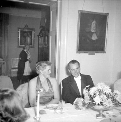 Årets höjdpunkt på mässen var den traditionstyngda Höstmiddagen med fruar.  Personer: Fru Wähl, Birgit Höijer och auditör? Placering, se bild 2.