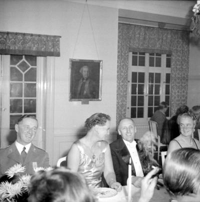 Årets höjdpunkt på mässen var den traditionstyngda Höstmiddagen med fruar.  Personer: Esse Högstedt, Viveca Cavalli och Elsa Högstedt. Placering, se bild 2.