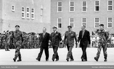 Foregch, Landshövdingen, Viceamiral Dick Börjesson, Generalmajor Lennart Rönnberg, Biskop Jonas Jonsson och Brigch följer Konungen.