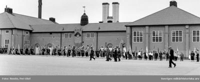 HM Konungen framför Frivilligorganisationerna. Byggnad 009 i bakgrunden.