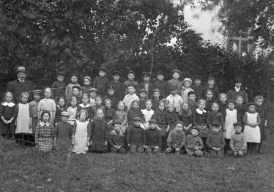 En skolklass år 1910 i Forsheda, med lärarna August och Augusta Karlsson.