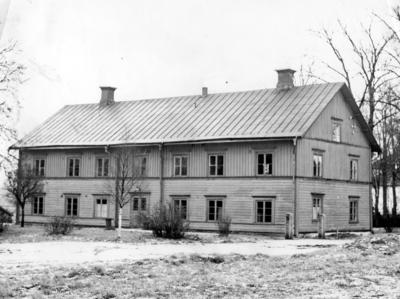 Huvudbyggnaden till Gamla gästgivaregården i Vetlanda med framsidan mot tingshuset. Det var gästgiveri, utskänkning och skjutsstationoch senare ålderdomshem.