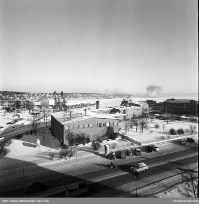 Vyer över KPS och Coronabageriet och ut mot hamnen, fotograferat från Hallström & Nisses kontorsfastighet vid Landsvägsallén.