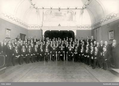 Gruppbild med medlemmar i Odd Fellow. Ordenshuset ritades av stadsarkitekten Nathanael Källander. Uppfört 1906-1908.