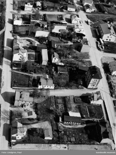 Flygbild över del av Södermalm. Bleckslagaregatan- Snickaregatan- Bergsgränd. Till höger ses ett av Södermalms få stenhus, Nymanska huset på Bleckslagaregatan 30. Bilden är beskuren (hela negativet ses på bild 2).