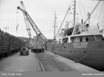 Enligt fotografens notering: Virkeslossning i Lysekil 1965.