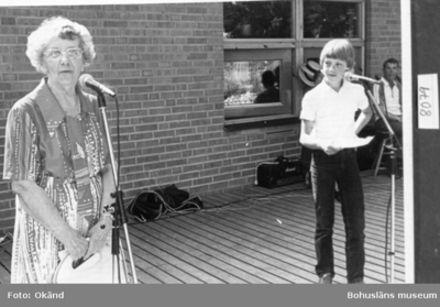 Landskap. Västergötland. Skolans jubileum 1984. Maggie Lindahl (Hansson) intervjuas av Kalle Larsson, barnbarn till Hugo Larsson.