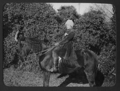 Cintra Kay på sin ridhäst 1919