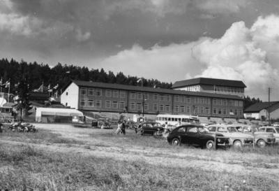 Enköping, Korsängsskolan, Enköpingsutställningen 1955, bilparkeringen, från söder