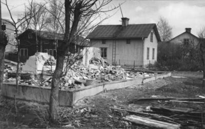 Enköping, stadsägan 206 (det rivna huset), stadsägan 207 och längst bort stadsägan 208, Westerlundsgatan 10, 8 och 6, mot öster, maj 1956
