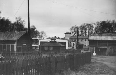 Enköping, Munksundet, kvarteret Garvaren nr 1. I bakgrunden den nya bebyggelsen i kvarteret Fiskaren. Vy mot norr.