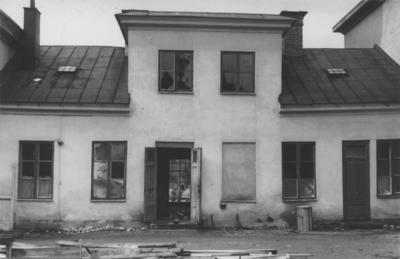 Enköping, kvarteret Borgmästaren nr 4, gårdsfasaden av lilla huset å gräns mot tomt nr 8. Oktober 1957