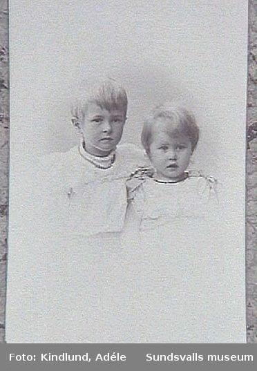 En av småflickorna är Dagmar Barth, senare gift Mörch, dotter till disponenten vid Svartvik. Den andra flickan är en senare avliden syster.