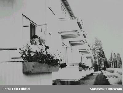 Jan-Sune och Edvin Isaksson, kusin och farbror till Irma och Bengt Edblad, på balkongen, Berzeligatan 5, Skelleftehamn, 1945.