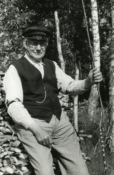 Sjötorps varv. Förre kvartersmannen vid sjötorpsvarv, Gustav Adolf Larsson, född den 4 aug. 1870 i sjötorp. Larsson började arbeta på Sjötorps varv 1882. Åren 1897-1898 var han anställd i Halmstad hos en dansk varvsägare Franzén. Åren 1899-1900 tjänstgjorde han hos Plym vid Liljeholmen och därefter mellan åren 1900- 1 jan. 1944 vid Sjötorps varv. Larssons far, död omkr. 1869 var i tjänst hos dåvarande ägaren av Sjötorps varv, Johannes Larsson, dit han kom från annan ort.