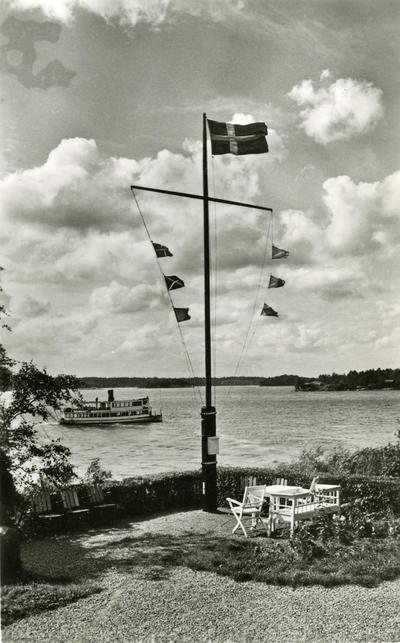 Signalmasten på Sjöfolkets semesterhem på Östra Tynningö i Sthlms. skärgård. Signalflaggorna tv. R-M-B och Q-K-F th. betyda