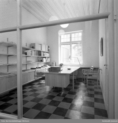 Sundsvalls museum: interiör från litteraturrummet och genom glasväggen, putsning av valven i nedre våningen, sal i andra våningen under målning, takarbeten på nedre våningen samt restaurering av gammalt ornament.