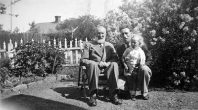 (original)negativ hos skeppsbyggmästare Betil Larsson. Skeppsbyggmästare Carl August Larsson född 12 juni 1863, död 13 juni 1943 och hans son skeppsbyggmästare Bertil larsson född 27 nov. 1904 samt dennes lille son.