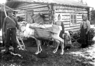 Vasko (Vasili) Moshnikoff pitelee taakkaporoa, poron takana Evdokia (Oijash) Sverloff (o.s. Moshnikoff) ja lapsi Vasilisa Sverloff, oikealla Mari Moshnikoff (o.s. Kiprinoff)