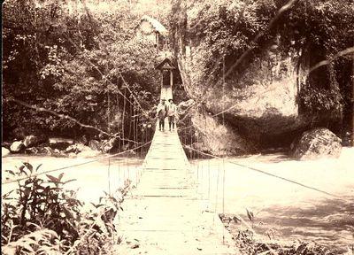 Riippusilta Pastazajoen ylitse aarniometsässä lähellä Banñosin kylää