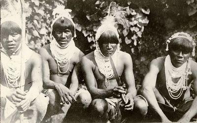 Lengua-intiaanimiehiä ryhmäkuvassa