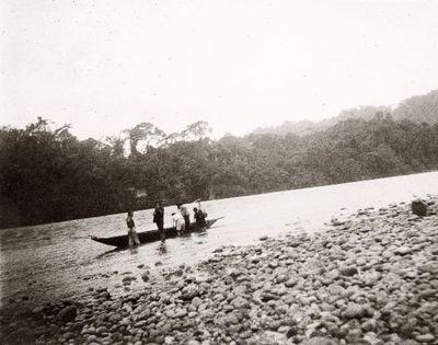 Rafael Karstenin retkikunta ylittämännä Upanojokea kanootilla Macasin kylän kohdalla