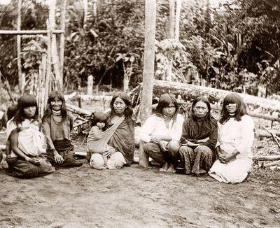 Shimigay-intiaaninaisia lapsineen ryhmäkuvassa Pastazajoen keskijuoksulla