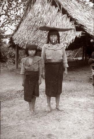 Shipibo-intiaaninainen ja tyttö.