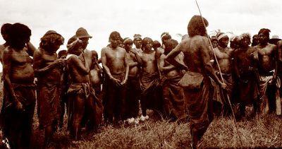 Intiaanimiehiä ryhmäkuvassa