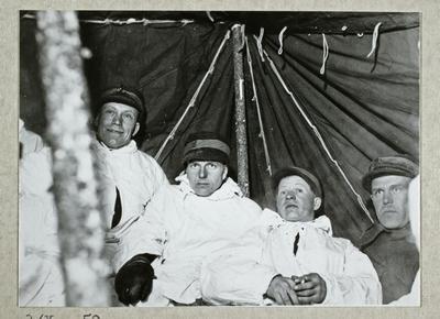 Porin Rykmentin miehet majoittuneet telttaan talviharjoituksen aikana