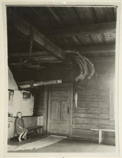 kirkkoreen jalaksia painumassa Nupposen tuvan katto-orsilla Liperin Maisonvaarassa