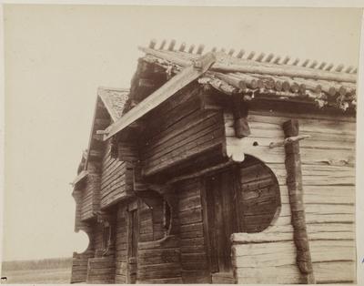 kammioniekka-aittoja, aittojen otsissa vuosiluvut 1767, 1777 ja 1783