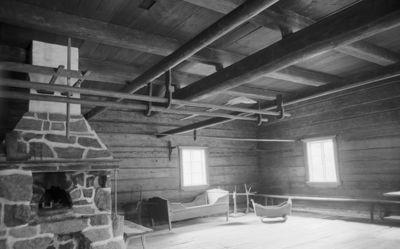 Rieskan eli Selkämän isotupa uuneineen uudelleen rakennettuna Seurasaaren ulkomuseossa