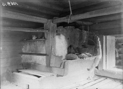 Kaukolan Niemelän savutuparakennuksen uuni kolpitsapenkkeineen alkuperäisellä paikallaan