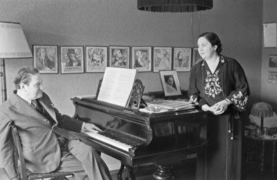 säveltäjä, pianisti Selim Palmgren puolisonsa laulajatar Minna Talvik-Palmgrenin kanssa kotioloissa