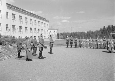 marsalkka Mannerheim seurueineen osallistuu lottakurssilaisten kenttäjumalanpalvelukseen Suojeluskuntain Päällystökoululla Tuusulassa