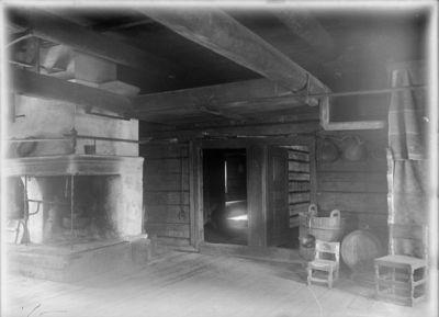 Kurssin talo Kuortaneelta ; tuvan oviseinä