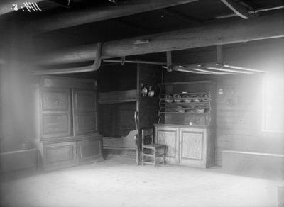 Kurssin tupa kerrossänkyineen ja astiakaappeineen; siirrettiin vuonna 1922 Seurasaaren ulkomuseoon