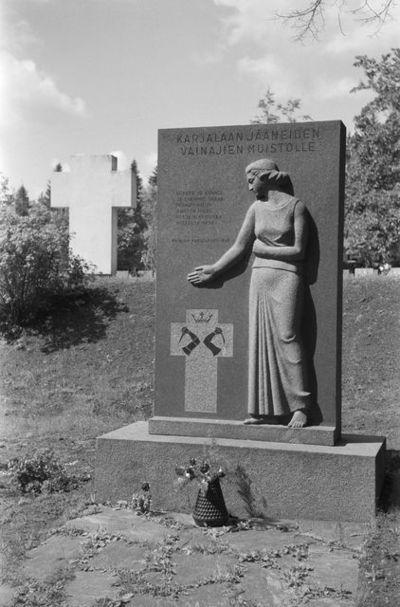 Karjalaan jääneiden vainajien muistolle pystytetty patsas.
