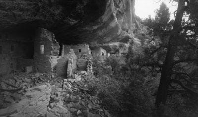 Chapin's mesa, Spruce Canyon, Spruce Tree House. Kallioasumuksen keskiosan taloja vasemmalta lukien huoneet 54, 56, 49-52, näiden takana osittain näkyvissä huoneet 36, 24 sekä kauempana huoneiden 8, 7, 3 ja 1 yläosat