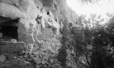 Chapin's mesa, Mountain Sheep Canyon (Rock C.), raunio 16. Kallioasumuksen eteläpäätä kuvattuna lähes suoraan pohjoisesta. Raunio kaksikerroksinen, yläosassa pieniä kallioasumuksia kallioulkonemalla