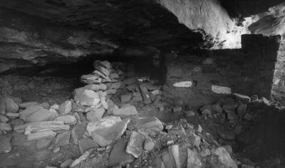 Chapin's mesa, Mountain Sheep Canyon (Rock C.), raunio 16? Etualalla kahteen suuntaan haarautuva muuri, joka vain ladottu kivistä. Oik. näkyy muurattua seinämuuria, jolla vaalealla ja tummalla värillä tehty yksinkertainen koristelu